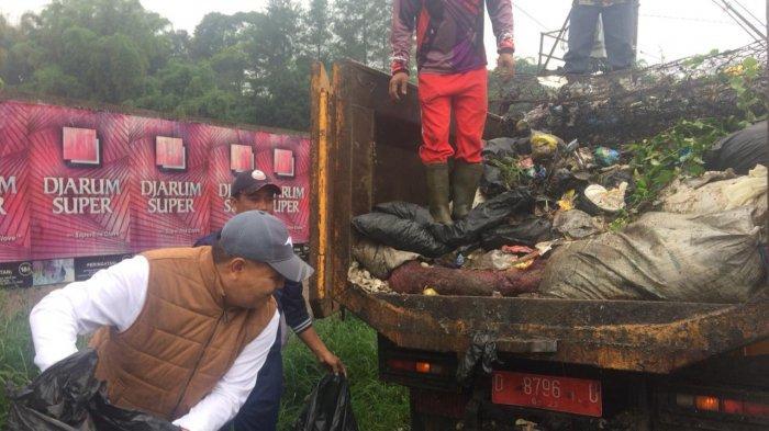 UPT Kebersihan KBB Angkut 12 Ton Sampah Sisa Tahun Baru, Dilanjutkan Sisa Banjir Bandang