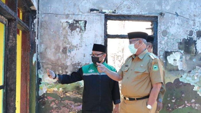 Bupati Kuningan Bantu Ustaz Mahyo yang Rumahnya Ludes Terbakar