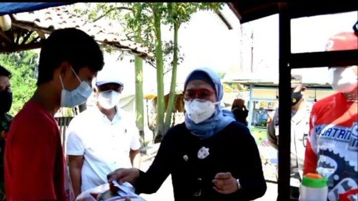 Bupati Indramayu, Nina Agustina turun ke jalan untuk membagi-bagikan uang dan sembako bagi warga, Minggu (18/7/2021).