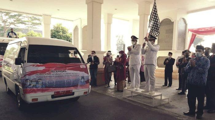 Rayakan HUT Ke-76 RI, ASN di Sumedang Bagikan Ribuan Paket Sembako Kepada Warga Dengan Dua Mobil