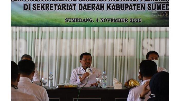 Bupati Sumedang Dr H Dony Ahmad Munir ST MM (tengah).