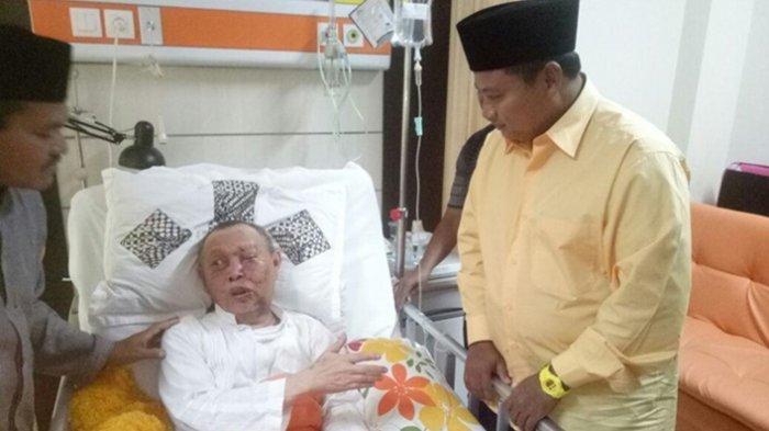 Bupati Tasikmalaya Uu Ruzhanul Ulum menjenguk KH Umar Basri atau terkenal dengan sebutan Mama Santiong ini di Rumah Sakit Al Islam, Kota Bandung, Selasa (30/1) malam.