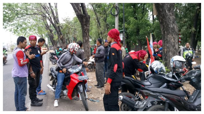 Sambut Rombongan Longmarch Surabaya-Jakarta, Massa FSPMI Padati di Jalan Brigjend Dharsono