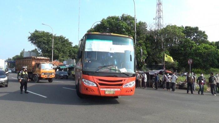 Bus Karyawan Terjaring Penyekatan Larangan Mudik dan Diputar Balik, Karyawannya Protes