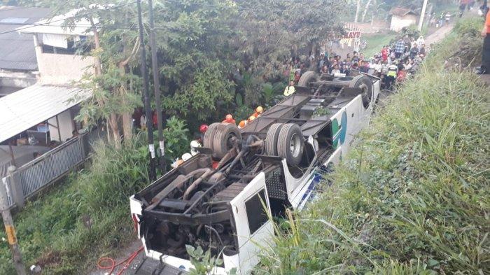 Petugas Evakuasi Satu Korban Tewas di Lokasi Bus Kramat Jati Terbalik