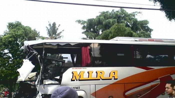 BREAKING NEWS: Moncong Bus Mira Ringsek, Lima Orang Luka Berat