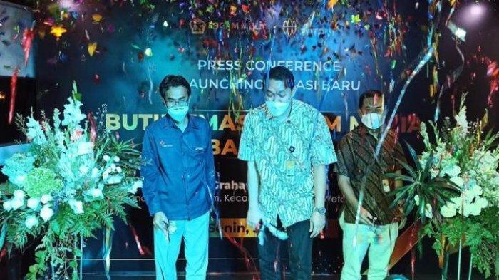 Perayaan setelah gunting pita saat pembukaanButik Emas Logam Mulia (BELM) Bandung berpindah lokasi ke Graha Pos Indonesia, mulai 31 Mei 2021.
