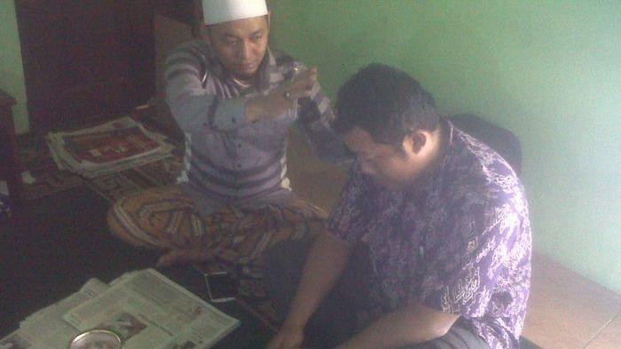 DEPRESI - Ustaz Ujang Bustomi mencoba menenangkan pasiennya yang depresi akibat Pemilu di Padepokan Al-Busthomi, Jumat (11/4). Pasien itu depresi karena takut raihan suara istrinya yang menjadi caleg DPRD Jabar dari Dapil Cirebon-Indramayu di luar target sehingga gagal duduk di dewan.