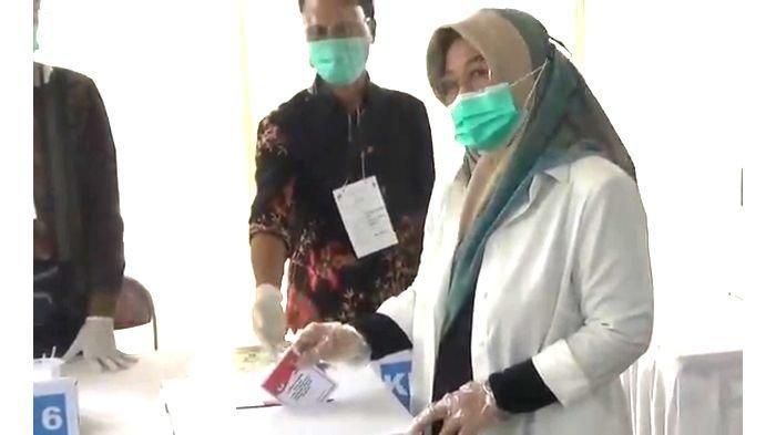 Calon Bupati Bandung Kurnia Agustina Mencoblos Didampingi Anaknya