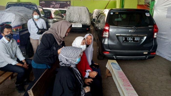 Cabup Bandung Yena Ma'soem Antar Orang Tua Nyoblos ke TPS, Optimistis Raih yang Terbaik