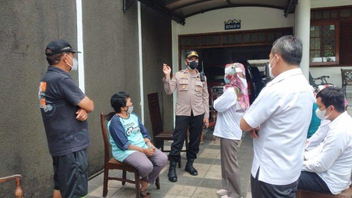 Camat Batununggal bersama Lurah Gumuruh, Nurma Safarini saat berdiskusi masalah informasi adanya warga positif yang diusir