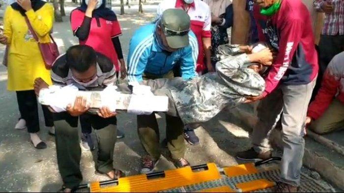 Kelompok Masyarakat di Pangandaran Melakukan Simulasi Penyalamatan Awal Jika Terjadi Bencana