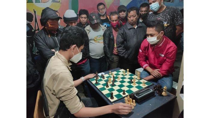 Pertarungan Deni Sonjaya (FIDE Masater) melawan Arifa Rizky Syahputra (Tim Porda Kota Bandung) di Liga Catur Ledeng Seri II 2020 kategori perorangan pada Sabtu (26/12/2020) berjalan seru.