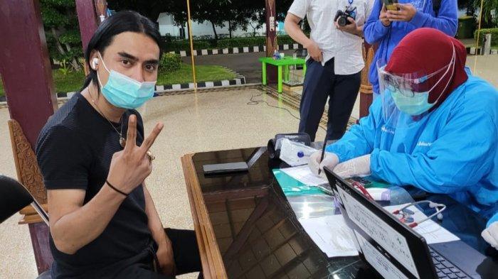 Bukan di Jakarta, Charly Van Houtten Disuntik Vaksin Covid-19 di Cirebon, Ketua IDI Teman Kecilnya