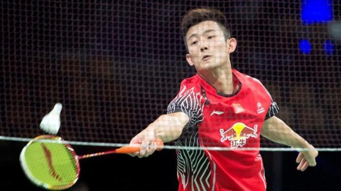Pebulu tangkis Tiongkok, Chen Long, berusaha menjangkau kok dari pemain Austria, Luka Wraber, pada babak pertama Kejuaraan Dunia 2014 di Ballerup Super Arena, Kopenhagen, Selasa (26/8/2014). Chen Long menang 21-8, 21-10.