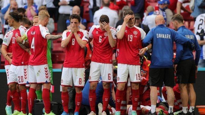 Para pemain berkumpul saat paramedis merawat gelandang Denmark Christian Eriksen (tidak terlihat) selama pertandingan sepak bola Grup B UEFA EURO 2020 antara Denmark dan Finlandia di Stadion Parken di Kopenhagen pada 12 Juni 2021.
