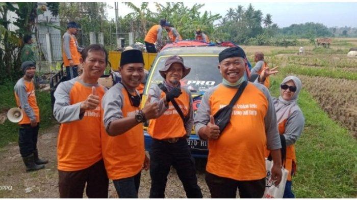 Pembina Karang Taruna Bina Karya  H. Bambang Kenharto bersama anggota usai bersihkan sampah disusukan gede Dusun Kalapanunggal Ciamis