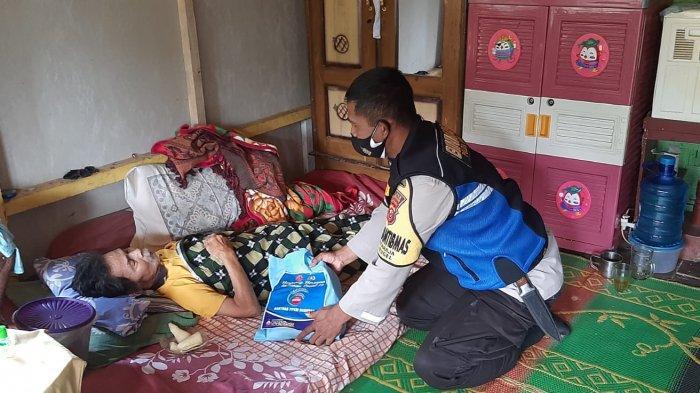 Polisi Distribusikan Bantuan Beras untuk Daerah Terpencil di Sumedang