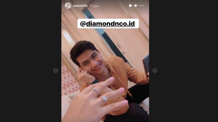 Cincin berlian Ria Ricis dari calon suami, Teuku Ryan