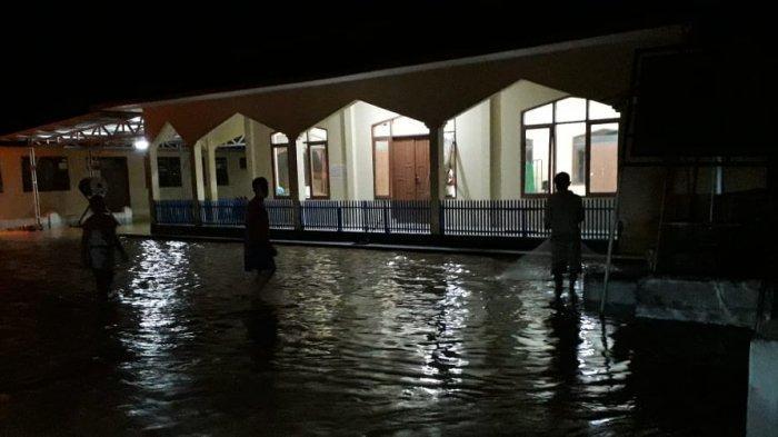 Diguyur hujan lebat, setidaknya 33 rumah warga di Dusun Ciparay dan Dusun Pabuaran, Desa Ciparay, Kecamatan Cidolog, Ciamis, Jawa Barat, terendam banjir luapan Sungai Ciseel, Rabu (14/4/2021) sore.