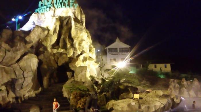 Ciwideuy Valley Hot Spring Water, salah satu wisata yang menawarkan bagi pengunjung untuk bisa berendam di malam hari.