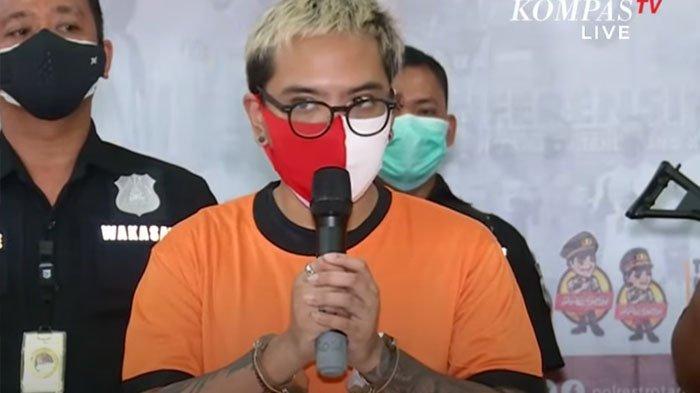 Komedian Coki Pardede berbicara kepada media di Markas Polres Metro Tangerang Kota, Sabtu (4/9/2021). Coki berjanji akan tampil lebih baik lagi atau lebih lucu begitu bisa tampil di panggung lagi.