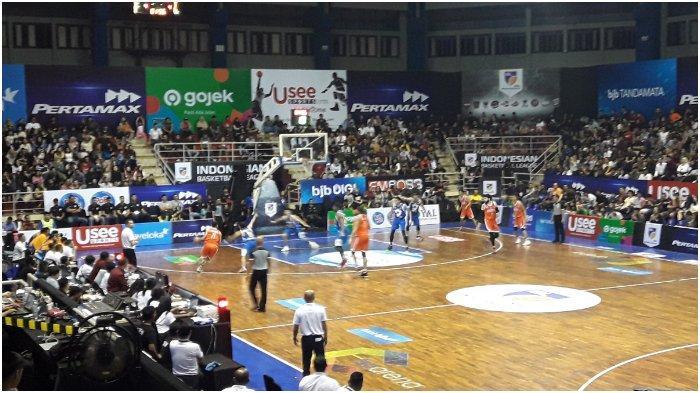Prawira Bandung membuka seri kedua IBL 2020 di GOR C-Tra Arena, Bandung, dengan kekalahan atas NSH Jakarta, Jumat (17/1/2020)