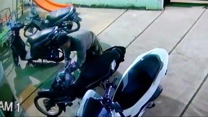 Pencuri Motor Berkain Sarung Beraksi di Masjid di Purwakarta, Motor Jamaah Raib Saat Salat Subuh