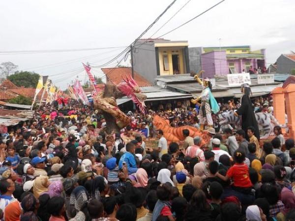 Suara Meriam Bambu Curi Perhatian Penonton