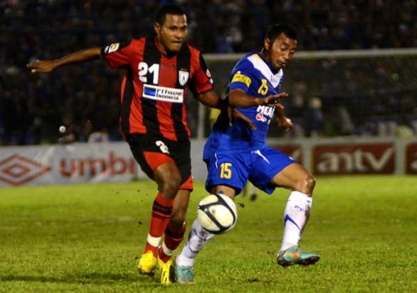 Pemain Persib Bandung Firman Utina (kanan) berebut bola dengan pemain Persipura Yustinus Pae saat berebut bora di udara saat pertandingan Liga Super Indonesia di Stadion Siliwangi, Bandung, Minggu (13/1). Pertandingan berakhir imbang dengan skor (1-1)