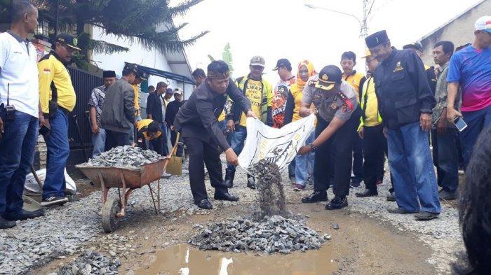 Menunggu Proses Lelang, Bupati Bandung Galakkan Gerakan Tutup Lubang di Jalan Rusak