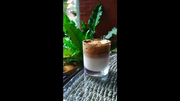 Kangen Menu Cafe Tapi sedang Isolasi Diri? Yuk, Coba Buat Dalgona Coffee yang Hits di Media Sosial