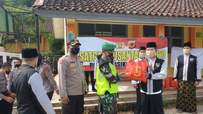925 Paket Sembako Urunan Anggota Polres Tasikmalaya Kota Disalurkan ke Warga Terdampak Covid-19
