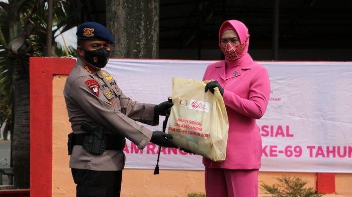 Satbrimob Polda Jabar, PT Bening dan Bhayangkari Sebar Ratusan Paket Sembako di 7 Wilayah di Jabar