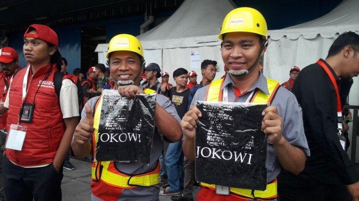 2 Karyawan PT Isuzu Astra Motor Indonesia Senang Dapat Kaos dari Presiden Jokowi