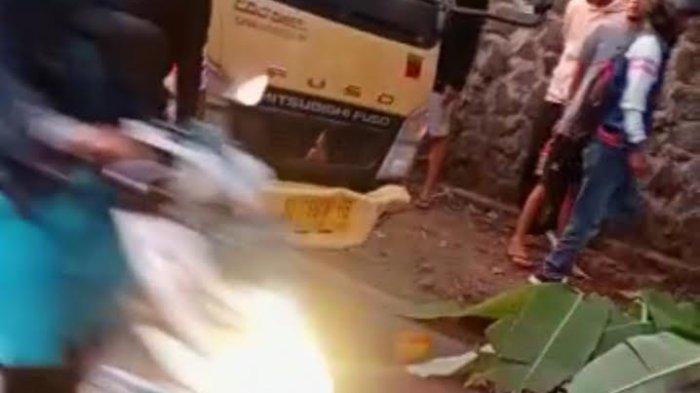 Jasad Faisal Terkapar di Jalan Ditutupi Daun Pisang Seusai Kecelakaan di Tasikmalaya