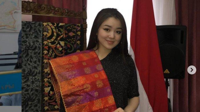 Dayana Gadis Kazakhstan Itu Diundang Kedubes, Pakai Kain Batik dan Main Angklung, Ini Foto-fotonya