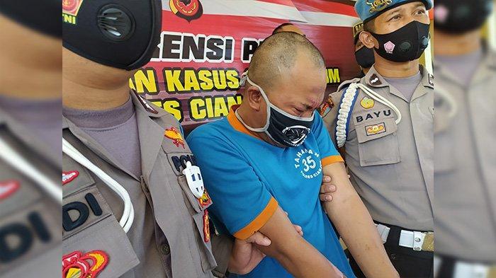 DB (32), tersangka pembakar pacarnya sendiri, Indah Diani atau Indah Daniarti (22) di Cianjur, menangis sesenggukan.