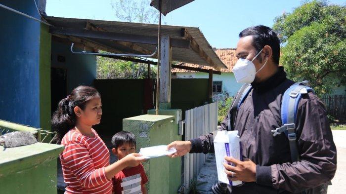 Rela Rogoh Kocek Pribadi, Pria Indramayu Ini Bagikan Masker Gratis, Ajak Masyarakat Disiplin Prokes