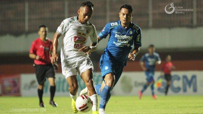 Dedi Kusnandar (kanan) saat membayangi pemain PS Sleman pada laga semifinal Piala Menpora 2021 di Stadion Maguwoharjo, Sleman, Yogyakarta, Jumat (16/4/2021).
