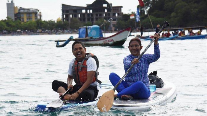 Wakil Ketua Komisi IV Dedi Mulyadi bermain kayak bersama mantan Menteri KP Susi Pudjiastuti di Pangandaran, Sabtu (12/12/2020).