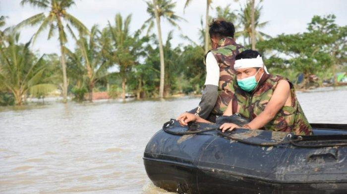 Dedi Mulyadi Menembus Banjir di Babakan Banten Bekasi, Antarkan Makanan Pulang Tanpa Pakaian b