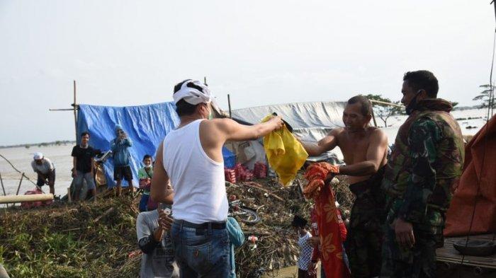 Dedi Mulyadi Menembus Banjir di Babakan Banten Bekasi, Antarkan Makanan Pulang Tanpa Pakaian