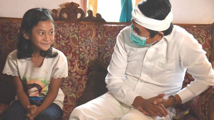Dedi Mulyadi saat berbincang dengan RD, keponakannya Ganis Hari di Nagreg