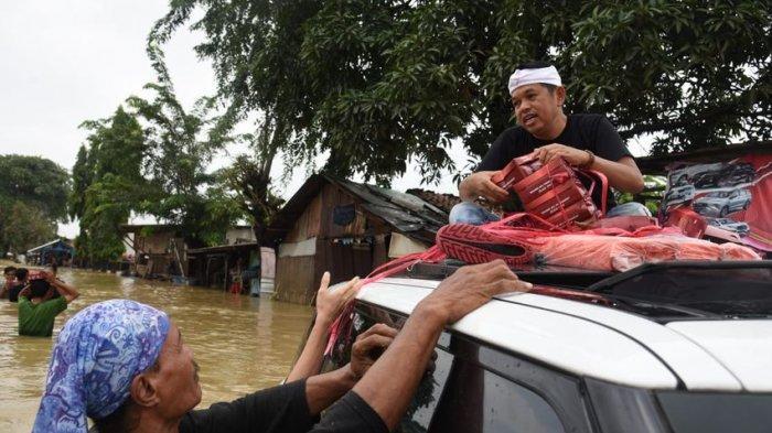Dedi Mulyadi Terobos Banjir Bagikan Nasi Kotak ke Korban Banjir yang Terisolasi di Karawang b