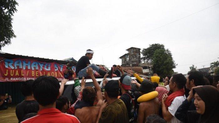 Dedi Mulyadi Terobos Banjir di Karawang, Bagikan Ribuan Nasi Kotak, Mobil Terendam Gak Bisa Pulang