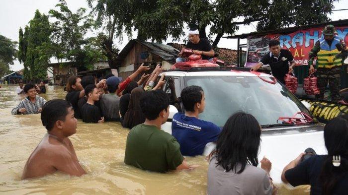 Dedi Mulyadi Terobos Banjir Bagikan Nasi Kotak ke Korban Banjir yang Terisolasi di Karawang
