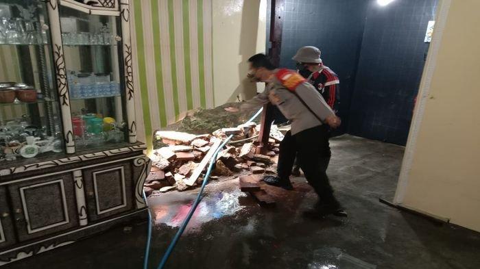 8 Rumah Rusak dan 8 Motor Terbawa Arus Air Selokan yang Jebol di Rancabali Bandung