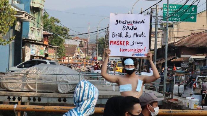 Cara Unik Pemuda Bandung Protes PPKM Darurat Diperpanjang; Tak Usah Diet, PPKM Bikin Turun Kiloan