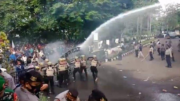 Demo Tolak UU Cipta Kerja di Purwakarta Ricuh, Gedung DPRD Berantakan Dilempari Batu